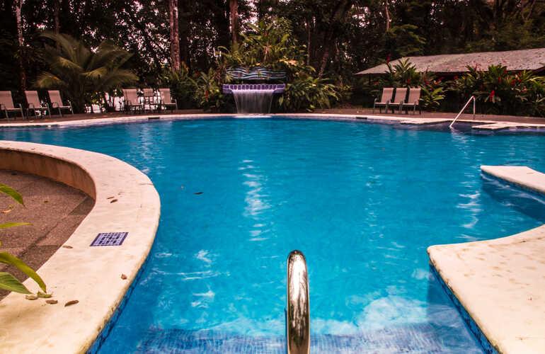 Laguna Lodge´s beautiful turquoise swimming pool and mini waterfall