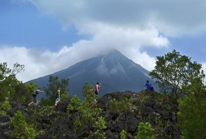 Explore the highlights of the Arenal Volcano area and enjoy a visit to the Arenal Volcano, do a walk across hanging bridges, have a delicious lunch at the El Salto and hike down to see the impressive La Fortuna Waterfall in one amazing day in La Fortuna.