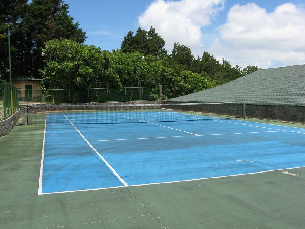 The outdoor tennis courts at El Establo hotel in Monteverde.