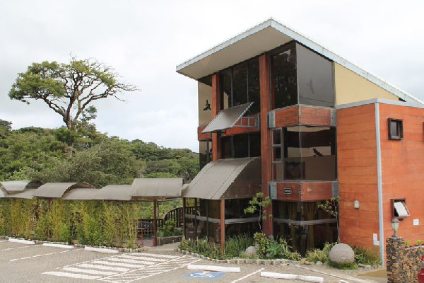 The reception and lobby of the hotel Poco a Poco in Monteverde.