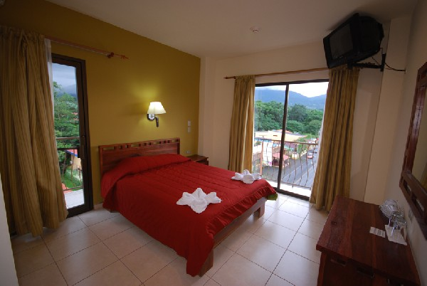Modern and comfortable rooms with a volcano view located downtown at Hotel La Fortuna. Get the best prices with Desafio!