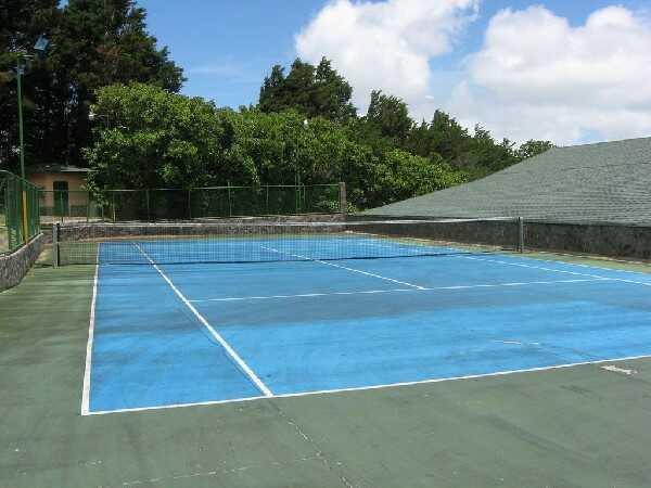 The outdoor tennis courts at El Establo hotel in Monteverde.