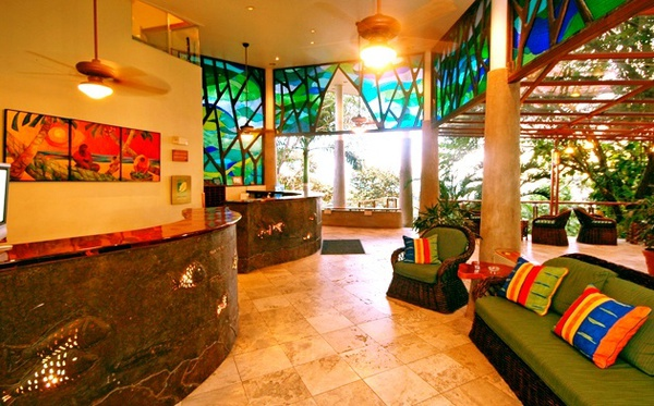 Considered one of the best luxury resorts in Manuel Antonio, Si Como No features a fun a colorful lobby. Desafio can help you plan the best vacation to Costa Rica!