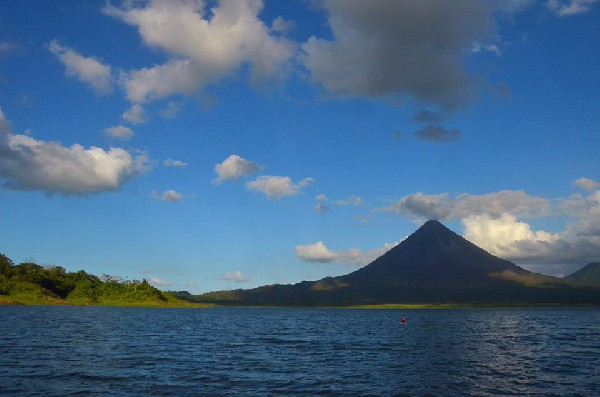 Arenal Volcano is a highlight of your vacation with Desafio.